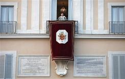 El Papa Benedicto XVI en su balcón en el castillo Gandolfo, Italia, feb 28 2013. Con la renuncia del Papa Benedicto XVI el jueves, el más destacado portavoz vivo del latín se retira a las sombras, tras esforzarse durante sus ochos años de pontificado en dar nueva vida al idioma de la antigua Roma. REUTERS/ Tony Gentile