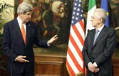 Il segretario di Stato Usa John Kerry (a sinistra) e il premier italiano Mario Monti a Palazzo Chigi, Roma, 28 febbraio 2013. REUTERS/Remo Casilli