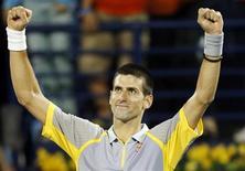 Novak Djokovic amplió su racha de victorias hasta los 16 partidos tras superar a Andreas Seppi por 6-0 y 6-3 el jueves, avanzando a las semifinales donde se verá las caras con el ex campeón del Abierto de Estados Unidos Juan Martin Del Potro en el Campeonato de Dubái. En la imagen, Djokovic levanta los brazos tras vencer a Seppi en Dubái. REUTERS/Mohammed Salem