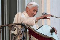 O papa Bento 16 acena para os fiéis na varanda de sua residência de verão em Castelgandolfo após abençoá-los pela última vez. 28/02/2013 REUTERS/Tony Gentile