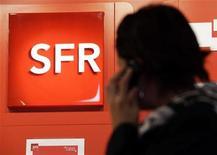 SFR, la filiale de téléphonie mobile de Vivendi, devrait afficher un excédent brut d'exploitation de 2,8 milliards d'euros en 2015, en baisse par rapport aux 2,9 milliards d'euros attendu cette année, écrit jeudi le quotidien Les Echos sur son site internet. /Photo d'archives/REUTERS/Eric Gaillard