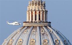 El papa Benedicto XVI finalizó el jueves su difícil pontificado, tras prometer obediencia incondicional al hombre que le suceda en la misión de dirigir a la Iglesia católica, que atraviesa uno de los períodos más críticos en sus 2000 años de historia. En la imagen, un helicóptero con el papa Benedicto XVI sale del Vaticano para llevar al pontífice a la residencia papal de verano en Castel Gandolfo, el 28 de febrero de 2013. REUTERS/Alessandro Bianchi