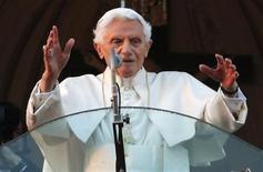 El Papa Benedicto XVI saluda por última vez desde el balcón de su residencia de verano en el castillo Gandolfo, feb 28 2013. El Papa Benedicto XVI finalizó el jueves su difícil reinado, tras prometer obediencia incondicional al pontífice que lo suceda en la misión de dirigir a la Iglesia Católica Apostólica Romana, que atraviesa uno de los períodos más críticos en sus 2000 años de historia. REUTERS/ Tony Gentile