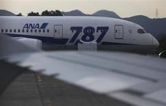 La compagnie aérienne japonaise All Nippon Airways n'a pas l'intention de revenir sur ses commandes de Boeing 787 Dreamliner, malgré le problème de batterie qui cloue au sol les appareils de ce type déjà en service. /Photo prise le 19 janvier 2013/REUTERS/Issei Kato