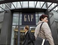 Люди проходят мимо магазина Gap в Сан-Франциско, 18 августа 2011 года. Прибыль Gap Inc в четвертом квартале оказалась выше ожиданий за счет увеличения сравнимых продаж в Северной Америке, сообщил третий по величине в мире ритейлер одежды в четверг вечером. REUTERS/Robert Galbraith