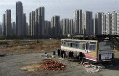 Одежда сушится у автобуса, ставшего жильем для семейной пары в Хэфэе 12 ноября 2012 года. Китай запланировал крупную реформу рынка облигаций с целью привлечения средств, необходимых правящей Коммунистической партии для программы урбанизации стоимостью 40 триллионов юаней ($6,4 триллиона), чтобы поддержать рост экономики и ликвидировать разрыв между богатыми городскими районами и бедными сельскими, говорят высокопоставленные источники. REUTERS/Stringer