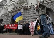 Украинские правозащитники и активисты оппозиции пикетируют штаб-квартиру государственной Службы безопасности в Киеве 27 октября 2012 года. Украина размышляет, выдавать ли Таджикистану опального экс-премьера, который разыскивался Интерполом и был задержан в киевском аэропорту 5 февраля, но, по данным ООН, обладает статусом беженца в США. REUTERS/Anatolii Stepanov