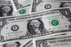 Les revenus des ménages américains ont subi en janvier leur chute la plus élevée depuis janvier 1993, tandis que les dépenses augmentaient légèrement. Les revenus ont diminué de 3,6% après avoir grimpé de 2,6% en décembre. /Photo d'archives/REUTERS/Kacper Pempel