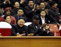 """Kim Jong-un et Dennis Rodman lors d'un match de basket à Pyongyang. L'ancien basketteur américain a fait un retour remarqué de Corée du Nord vendredi en qualifiant de """"gamin génial"""" le président d'un des Etats les plus fermés au monde. /Photo prise le 28 février 2013/REUTERS/VICE"""