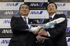 El presidente ejecutivo de All Nippon Airways (ANA), Shinichiro Ito (a la izquierda en la imagen), junto al vicepresidente senior de la firma, Osamu Shinobe, tras una conferencia de prensa en la sede de la compañía en Tokio, mar 1 2013. La aerolínea All Nippon Airways (ANA) dijo el viernes que no estaba considerando ningún cambio en sus pedidos de aviones 787 Dreamliner y cree que Boeing está logrando progresos significativos en la resolución del problema que afectó a ese tipo de aeronaves. REUTERS/Yuya Shino