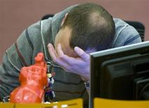 Трейдер на торгах ММВБ в Москве 28 ноября 2008 года. Российские фондовые индексы достигли минимальных отметок с начала года в первую весеннюю сессию, следуя в русле глобальной тенденции, а среди нескольких подорожавших бумаг оказались акции отчитавшегося накануне Мегафона и Ростелекома после новостей о продаже доли Маршал Капитала в компании. REUTERS/Sergei Karpukhin