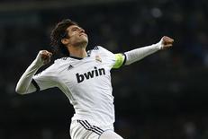 Kaká, do Real Madrid, comemora seu gol durante partida pela Liga dos Campeões contra o Ajax Amsterdam no estádio Santiago Bernabéu, em Madri. Kaká espera conseguir uma rara oportunidade de impressionar pelo Real Madrid quando a equipe receber o Barcelona na capital espanhola. 04/12/2012 REUTERS/Juan Medina