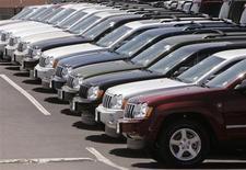 Les ventes automobiles ont totalisé un volume annuel de 15,38 millions de véhicules en février aux Etats-Unis, soit une hausse de près de 4%, selon les données d'Autodata, le redressement du marché immobilier compensant la menace des coupes budgétaires automatiques. /Photo d'archives/REUTERS/Rick Wilking