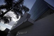 Logotipo da Petrobras é visto em preédio de Universidade no Rio de Janeiro. A Petrobras informou neste sábado que ainda não conseguiu controlar um vazamento de óleo no campo de Marlim, na bacia de Campos, cuja origem foi identificada na sexta-feira. 09/10/2013 REUTERS/Ricardo Moraes