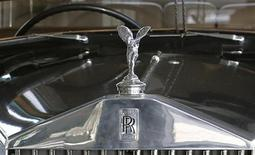 Alors que la crise du marché automobile européen semble ne pas connaître de fin, les constructeurs britanniques Rolls-Royce (photo) et Bentley vont dévoiler de nouveaux modèles au salon automobile de Genève, voulant également profiter d'un segment du luxe en plein essor. /Photo d'archives/REUTERS/Régis Duvignau