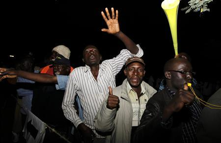 Voters queue to cast their ballots during the presidential and parliamentary elections in Kisumu, 350 km (217 miles) west of Nairobi March 4, 2013. REUTERS/Thomas Mukoya