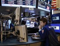 Трейдер смотрит на монитор в торговом зале биржи в Нью-Йорке, 5 ноября 2012 года. Американские акции выросли в пятницу, так как сильные экономические показатели затмили опасения по поводу экономического роста Китая и Европы. REUTERS/Chip East
