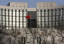 Здание ЦБ Китая в Пекине, 20 февраля 2013 года. Инфляция в Китае в этом году может достичь 3 процентов после 2,6 процента в прошлом году, сказал И Ган, заместитель управляющего Народного банка Китая. REUTERS/Kim Kyung-Hoon