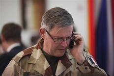"""Глава объединенного комитета начальников штабов Франции адмирал Эдуар Гийо говорит по телефону в президентском дворце в Бамако 2 февраля 2013 года. Один из высокопоставленных полевых командиров """"аль-Каиды"""" в Сахаре Абдельхамид Абу Зейд, возможно, был убит в Мали, сообщил в понедельник глава объединенного комитета начальников штабов Франции. REUTERS/Joe Penney"""