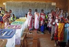 Представители народа масаи на избирательном участке около города Магади 4 марта 2013 года. Как минимум 15 человек были убиты в результате нападений неизвестных вооруженных мачете групп людей в понедельник - в день начала президентских выборов в стране. REUTERS/Goran Tomasevic