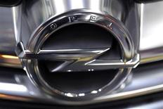 Opel, la marque allemande de General Motors, a vendu plus d'un million de véhicules en Europe en 2012 et entend faire aussi bien cette année grâce au lancement de son mini-crossover urbain Adam et du cabriolet Cascada. /Photo prise le 28 février 2013/REUTERS/Peter Andrews