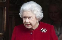 A rainha da Grã Bretanha, Elizabeth, deixa o hospital King Edward VII em Londres, março de 2013. A rainha deixou o hospital nesta segunda-feira parecendo estar bem e sorrindo ao caminhar para a limusine que a aguardava, um dia depois de ser internada com sintomas de gastroenterite. 04/03/2013 REUTERS/Neil Hall