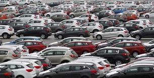 Le marché automobile allemand a poursuivi son déclin en février, avec une baisse des immatriculations de véhicules neufs de plus de 10% en rythme annuel à environ 200.000 unités. /Photo d'archives/REUTERS/Petr Josek