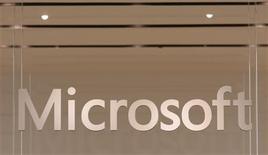 Imagen de archivo del logo de Microsoft en su primer tienda minorista en Scottsdale, EEUU, oct 22 2009. Dinamarca reclama a Microsoft el pago de 5.800 millones de coronas danesas (1.000 millones de dólares) en impuestos retrasados, en uno de los mayores conflictos fiscales en la historia del país, informaron el lunes medios locales. REUTERS/Joshua Lott