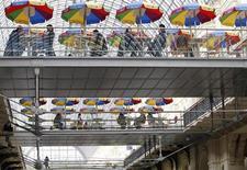 Люди сидят в кафе в московском ГУМе 4 марта 2011 года. Темпы роста сектора услуг РФ в феврале повысились после трех месяцев снижения, свидетельствует исследование компании Markit, проведенное для HSBC. REUTERS/Denis Sinyakov