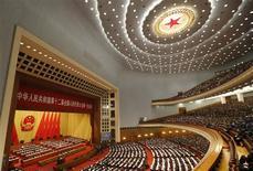 Le Grand palais du Peuple, à Pékin. Le Premier ministre chinois Wen Jiabao a exposé mardi une stratégie pour soutenir la croissance et réduire les inégalités en Chine qui place le consommateur au centre des priorités. /Photo prise le 5 mars 2013/REUTERS/Kim Kyung-Hoon