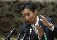 Кикуо Ивата, кандидат на должность заместителя управляющего Банка Японии, выступает с речью в Токио 5 марта 2013 года. Скупка иностранных облигаций может стать вариантом денежно-кредитной политики только, если все другие возможности победить дефляцию будут исчерпаны, сказал один из двух избранных заместителей нового управляющего Банка Японии Кикуо Ивата. REUTERS/Issei Kato