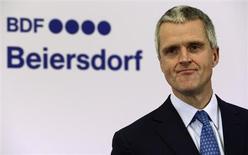 Stefan Heidenreich, le président du directoire de Beiersdorf. Le groupe allemand, fabricant de la crème Nivea, a annoncé une hausse de 14% de son bénéfice d'exploitation en 2012. Le bénéfice avant intérêts et allemands (Ebit) est ressorti à 735 millions d'euros, et le bénéfice net a atteint 477 millions d'euros. /Photo prise le 26 avril 2012/REUTERS/Fabian Bimmer