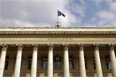 La Bourse de Paris est orientée à la hausse à la mi-séance. Le CAC 40, notamment soutenu par les cycliques et les financières, progresse de 1,19% à 3.754,04 points vers 12h00, alors que les marchés d'action anticipent des conseils de la BCE et de la Banque d'Angleterre jeudi la réaffirmation de la poursuite de leur politique de soutien à l'économie. /Photo d'archives/REUTERS/Charles Platiau