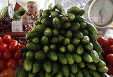 Выложенные на продажу огурцы, помидоры и вишня на рынке в Санкт-Петербурге 9 июня 2011 года. Инфляция в РФ ускорилась в феврале до 7,3 процента в годовом выражении, своего наихудшего значения с августа 2011 года, и, по прогнозам аналитиков, она может стать пиком 2013 года. REUTERS/Alexander Demianchuk