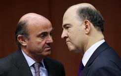Le ministre espagnol de l'Economie Luis de Guindos et son homologue français Pierre Moscovici. L'Espagne a joint sa voix à celle de la France mardi, demandant un peu plus de temps à la Commission européenne pour réduire ses déficits, soulignant que Bruxelles allait vraisemblablement entendre sa requête d'une oreille favorable au vu de la profonde récession dans laquelle elle est plongée. /Photo prise le 11 février 2013/REUTERS/François Lenoir