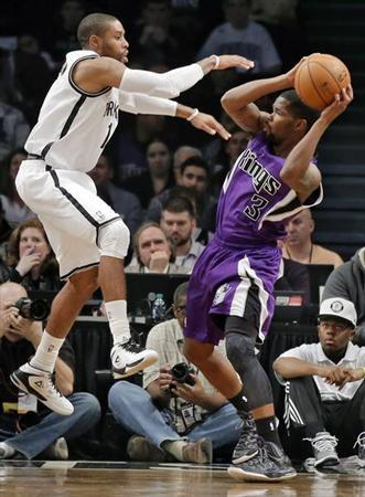 Brooklyn Nets guard C.J. Watson tries to block Sacramento Kings guard Aaron Brooks (3) in the second quarter of their NBA basketball game in New York January 5, 2013. REUTERS/Ray Stubblebine