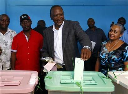 Kenya's Deputy Prime Minister and presidential candidate Uhuru Kenyatta (C) casts his ballot inside a polling station in Kenya's town of Gatundu, March 4, 2013. REUTERS/Marko Djurica