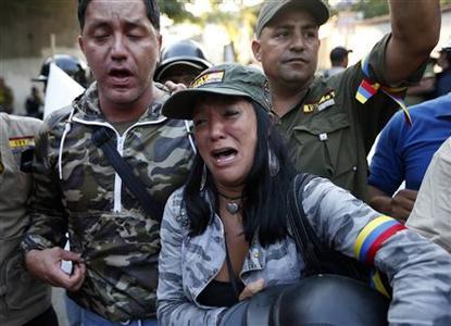 Los partidarios del presidente Chávez de Venezuela, Hugo reaccionar al anuncio de su muerte en Caracas 05 de marzo 2013.  REUTERS-Jorge Silva