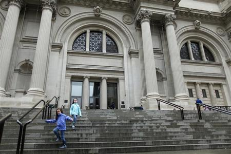 Children run down the stairs of The Metropolitan Museum of Art, in New York October 29, 2012. REUTERS/Carlo Allegri (UNITED STATES - Tags: ENVIRONMENT DISASTER) - RTR39QYB