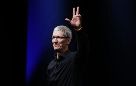 Apple CEO Tim Cook waves at the end of Apple Inc.'s iPhone media event in San Francisco, California September 12, 2012. REUTERS/Beck Diefenbach