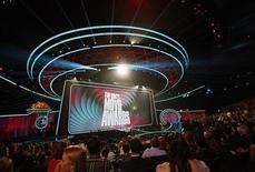 """Концертный зал в Лос-Анджелесе во время церемонии вручения призов Movie Awards 3 июня 2012 года. Спагетти-вестерн Квентина Тарантино """"Джанго освобожденный"""" и """"грязная"""" комедия """"Третий лишний"""" стали фаворитами гонки за наградами MTV Movie Awards, получив по семь номинаций. REUTERS/Mario Anzuoni"""