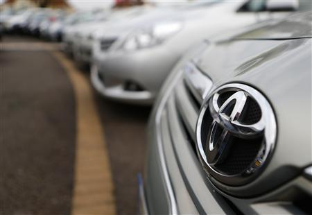 Toyota cars are lined up for sale on the forecourt of a Toyota dealer in Purley, south London, October 10, 2012. REUTERS/Andrew Winning