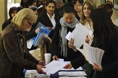 Salon pour l'emploi à New York. Le secteur privé américain a créé 198.000 emplois au mois de février, selon le cabinet de conseil ADP, un chiffre supérieur aux attentes. /Photo prise le 28 février 2013/REUTERS/Lucas Jackson