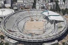 Uma visão aérea mostra a instalação do teto no estádio do Maracanã, que está sob renovação para a copa do mundo de 2014, no Rio de Janeiro. A chuva forte que atingiu o Rio na noite de terça-feira alagou o estádio e seus entornos e provocou o cancelamento da última visita de inspeção operacional da Fifa ao estádio antes da Copa das Confederações. 22/02/2013 REUTERS/Ricardo Moraes
