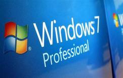 Коробки с ОС Windows 7 в магазине Microsoft в Сан-Диего 18 января 2012 года. ЕС оштрафовал в среду Microsoft на 561 миллион евро ($731 миллион) за невыполненное обещание предоставить европейцам возможность выбора веб-браузера. REUTERS/Mike Blake