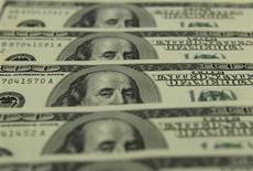Банкноты доллара США в Будапеште 23 ноября 2011 года. Российский медиахолдинг СТС Медиа в четвертом квартале 2012 года вернулся к прибыли в $64,9 миллиона после убытка в $24,5 миллиона годом ранее, сообщила компания в среду. REUTERS/Laszlo Balogh