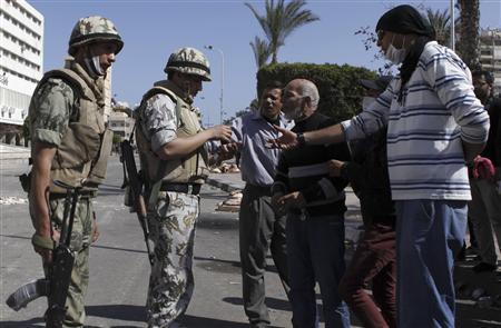 Protesters speak with army soldiers standing guard in front of the Governorate General building in Port Said city, 170 km (106 miles) northeast of Cairo, March 5, 2013. Picture taken March 5, 2013. REUTERS/Amr Abdallah Dalsh
