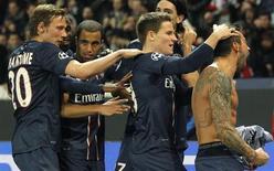 O argentino Ezequiel Lavezzi (D) comemora gol do Paris St Germain contra o Valencia nesta quarta-feira. REUTERS/Jean-Paul Pelissier