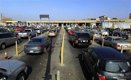 Motorists wait in lanes of traffic heading into the United States from Mexico at the U.S. border crossing in San Ysidro, California September 27, 2011. REUTERS/Mike Blake