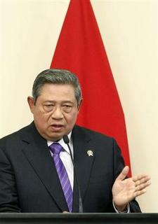 Indonesia's President Susilo Bambang Yudhoyono attends a news conference after a meeting at the Royal Hotel in Monrovia February 1, 2013. REUTERS/Thierry Gouegnon